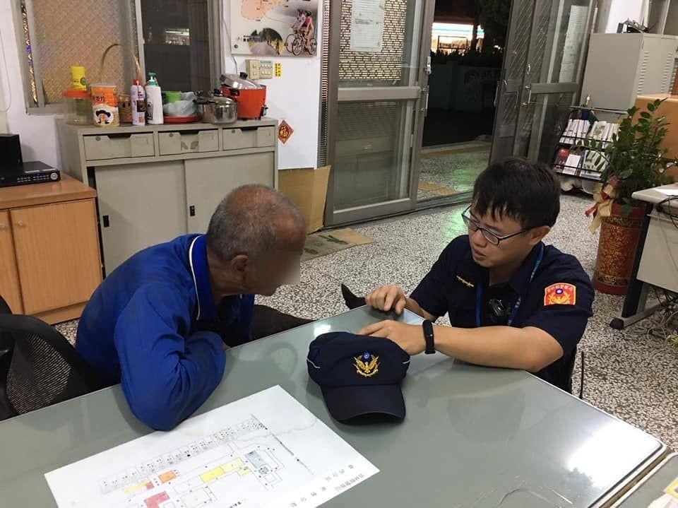 老翁迷路虎尾走到東勢 臺西警送他平安返家。(記者蘇杉郎翻攝)