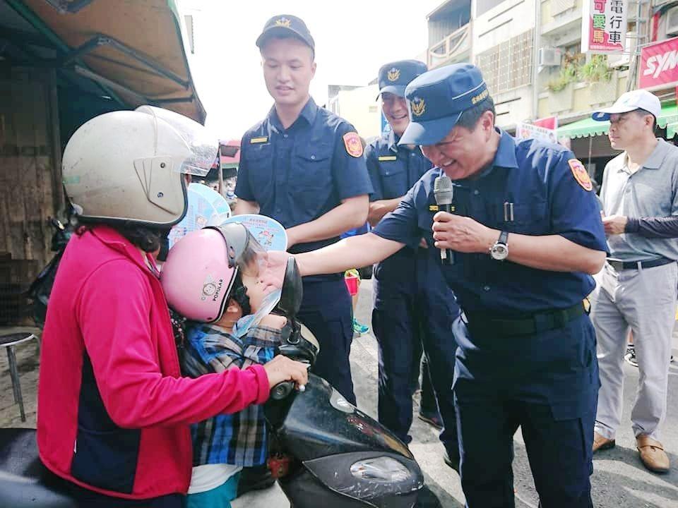 警長校長上街頭 宣導廉政交通婦幼防詐反毒好熱鬧。(記者蘇杉郎翻攝)