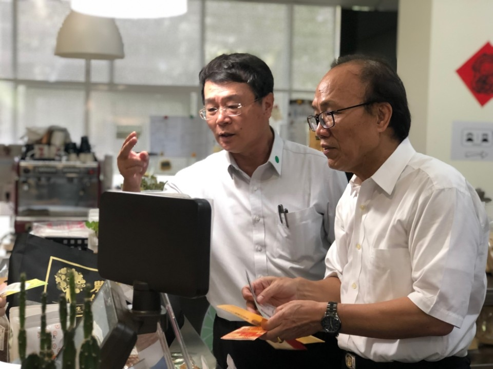 農業委員會副主任委員陳添壽響應活動消費。(記者張光雄翻攝)
