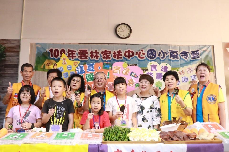 雲林家扶國小夏令營報復性展開 家扶蕭文龍董事教導家扶學童做「菇貓」料理。(記者張達雄攝影)