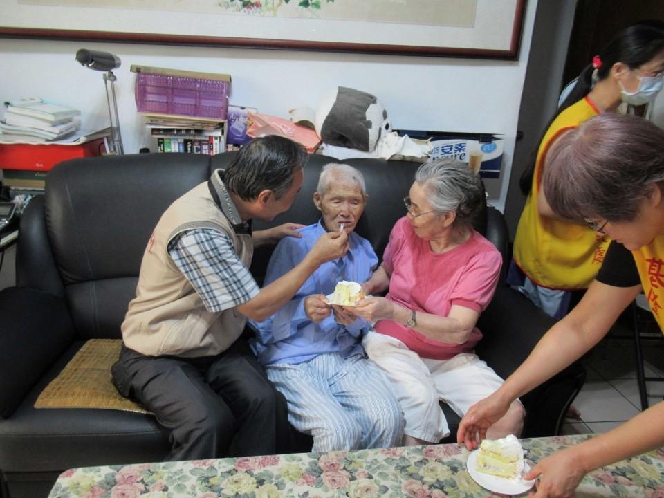 高復隨處長和103歲許林芝伯伯一起分享蛋榚。(記者吳朝駿翻攝)