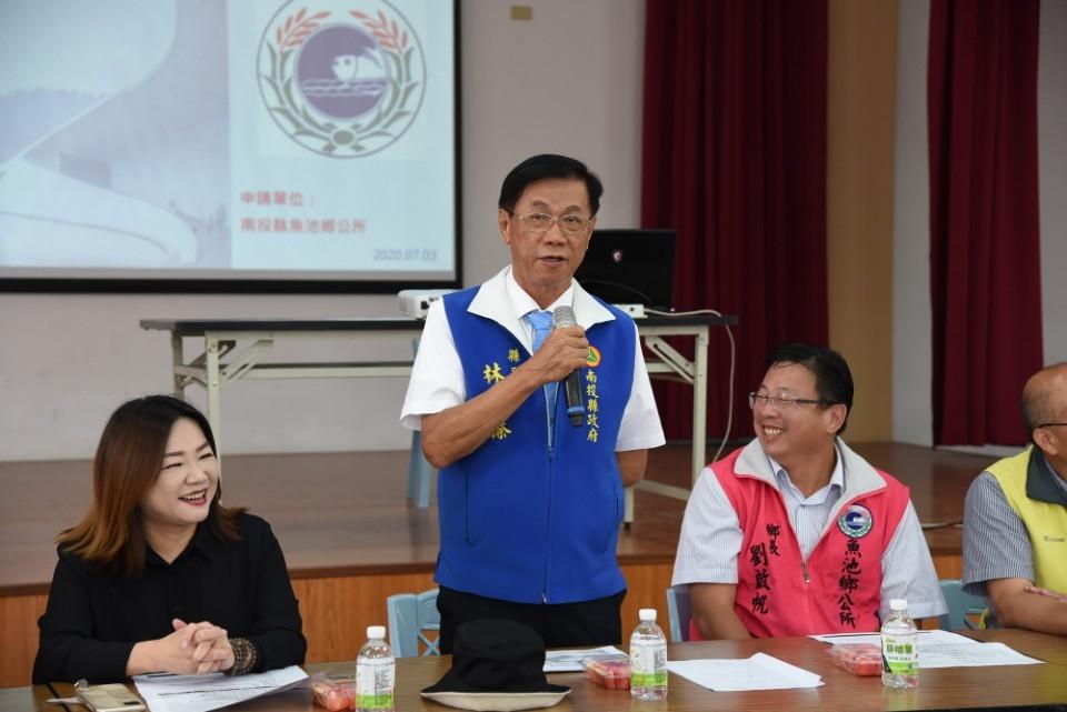 魚池新城村活動中心增建 林明溱會勘說明。(記者陳金泉翻攝)