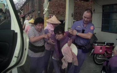 中風老婦不慎跌倒 杉林警及時協助送返家。(記者劉明吉翻攝)