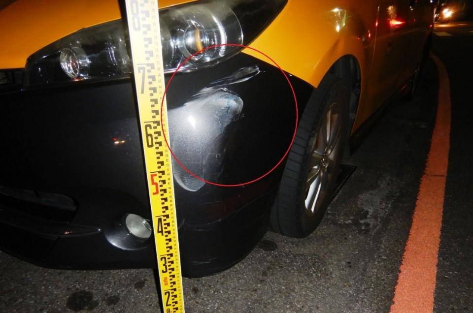 兩車爭道小黃擦撞落跑 「以為沒事」警依法開罰。(記者林志強翻攝)