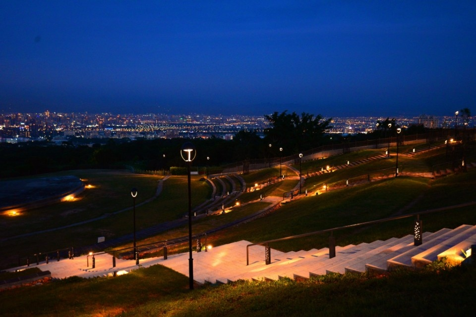 望高寮夜景公園利用既有地形-動線優化設計-輔以-光-點綴。(記者張越安翻攝)