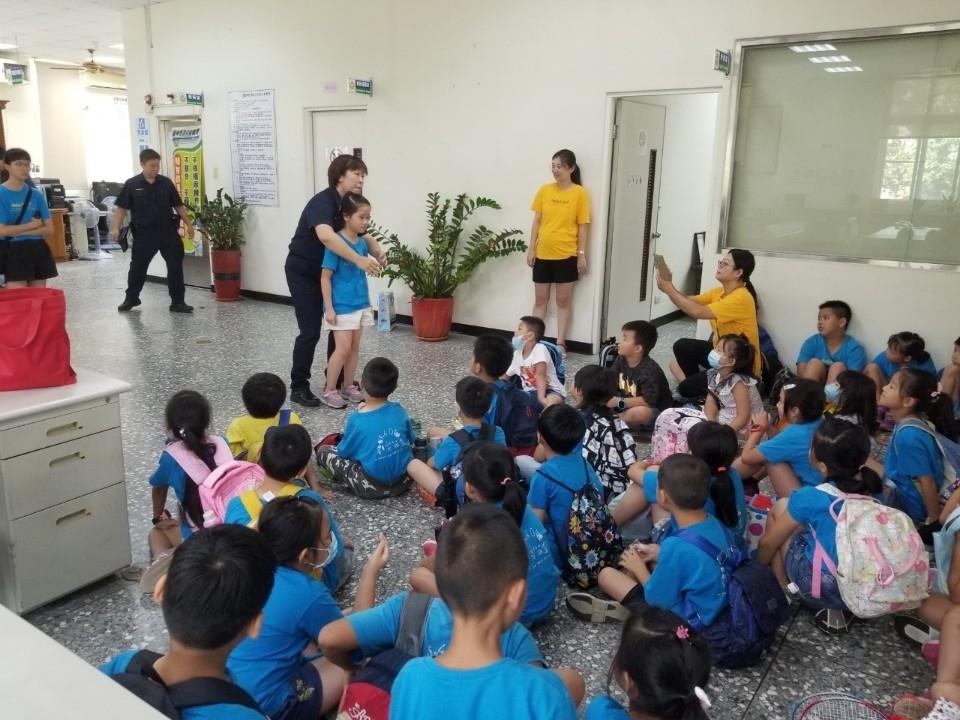 萌學員參訪新社分駐所 犯罪預防從小做起。(記者白信東翻攝)