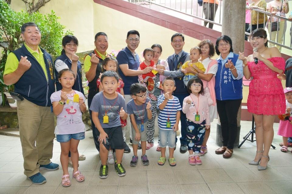 東勢鯉魚伯公文化祭 「戴絭」祈福求平安。(記者游樂華翻攝)