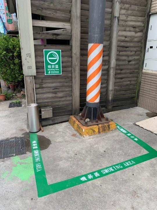 統一超商篤新門市吸煙區及熄煙設施。(記者李露西翻攝)