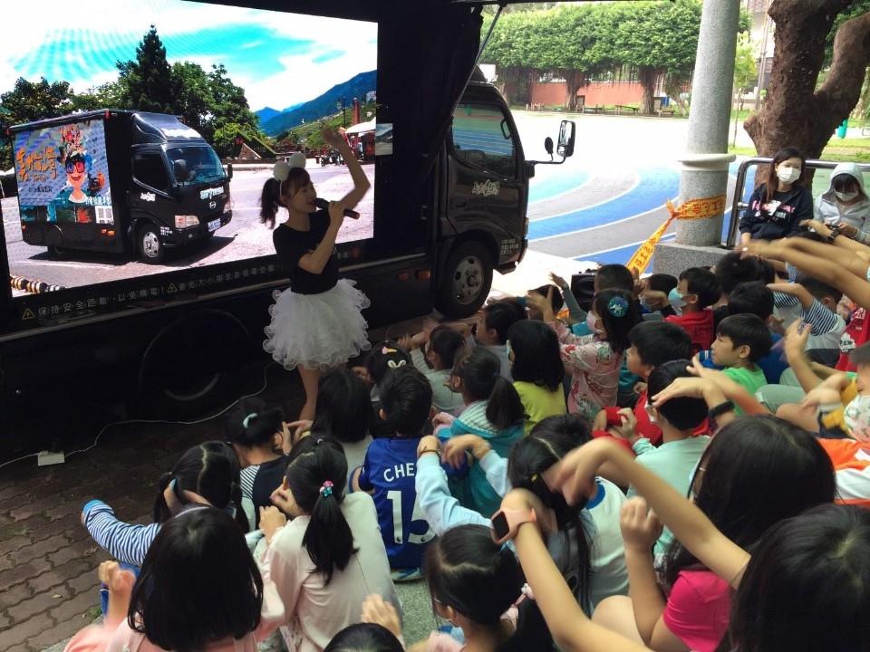 愛在你我之間-銘傳國小遨遊於美力台灣「愛上藍色珊瑚礁」3D電影中。(特約記者林有定翻攝).jpg