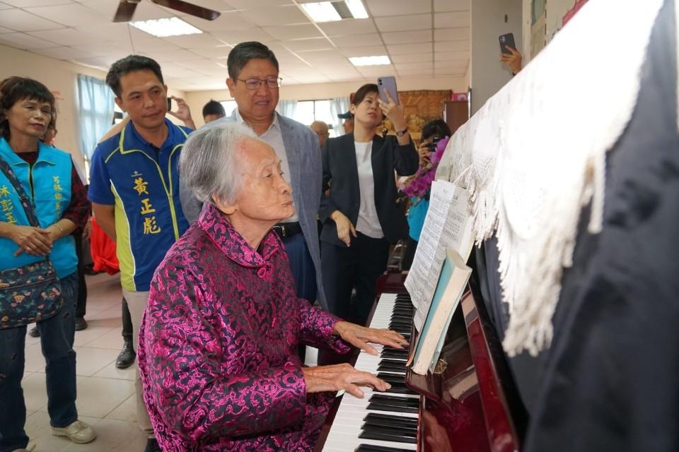 楊文科探訪芎林、橫山人瑞 百歲婆林李清妹彈鋼琴唱詩歌歡迎。(記者張如慧翻攝).jpg