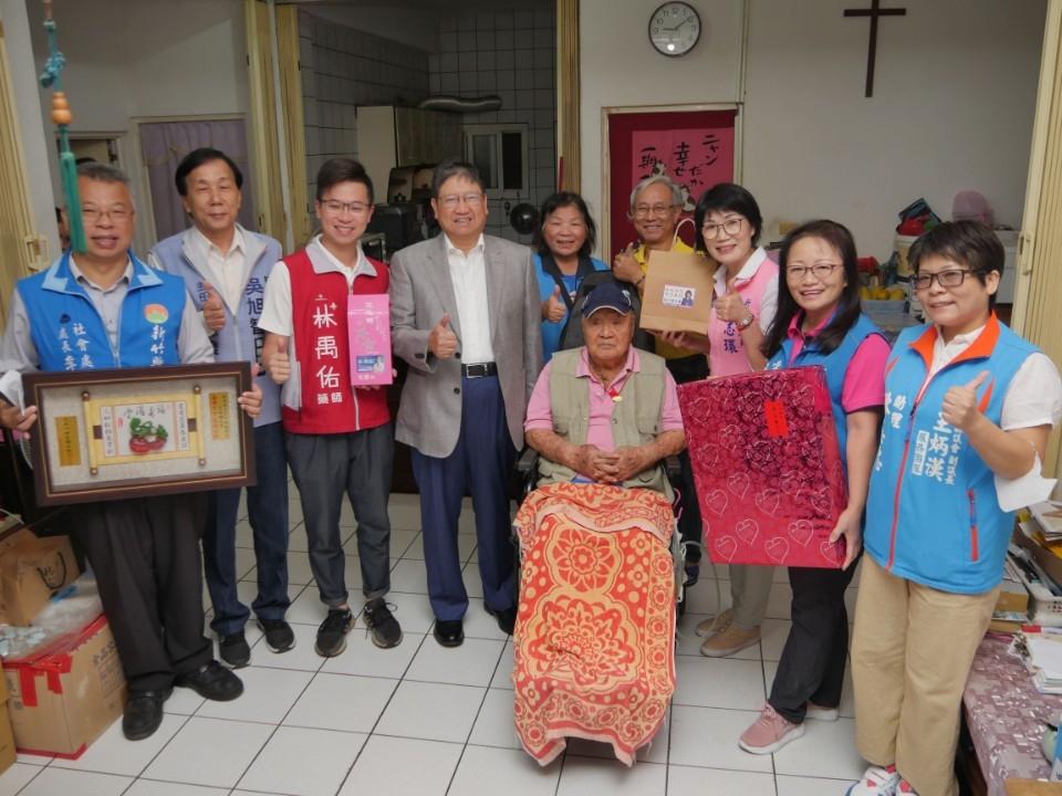 楊文科親訪竹北市百歲人瑞 百歲公王瑞麟用上海話、英文歡迎賀客。(記者張如慧翻攝).jpg