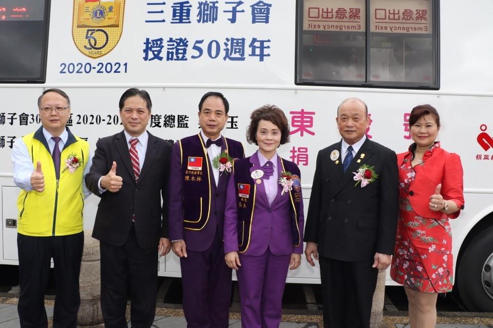 三重獅子會長楊東發捐贈大型捐血車 差點要用太太的私房錢。(特約記者林有定翻攝).JPG
