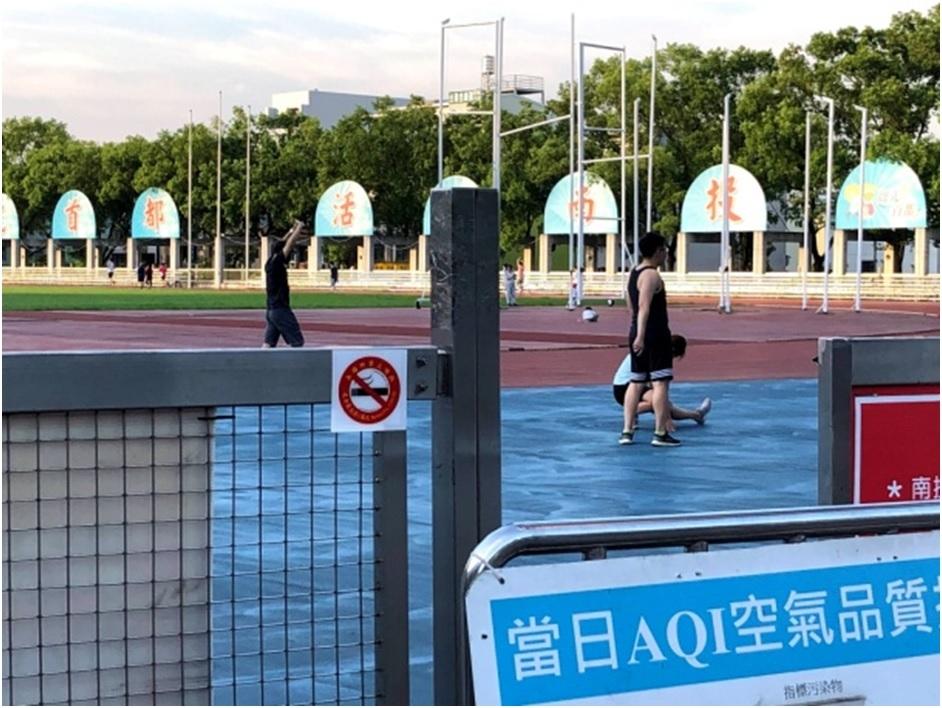 你知道室外體育場也禁菸嗎?違者最高處新臺幣一萬元罰鍰。(記者游樂華翻攝).jpg