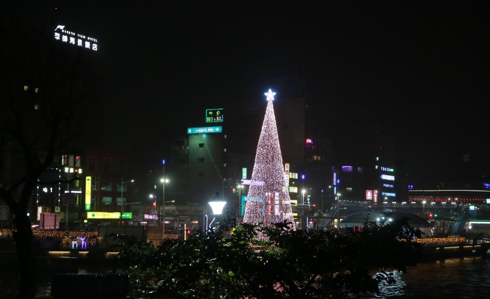 基隆港邊限定 台灣頭最靠海聖誕樹耀眼點燈。(記者李露西翻攝).jpg