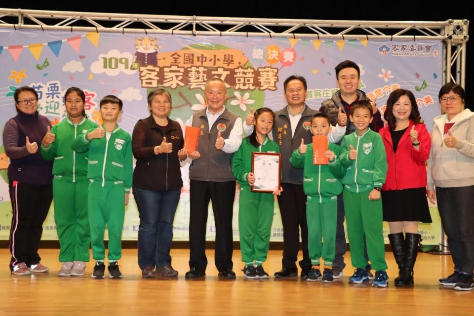 徐耀昌表揚全國中小學客家藝文競賽獲獎學校團隊。(記者張如慧翻攝).jpg
