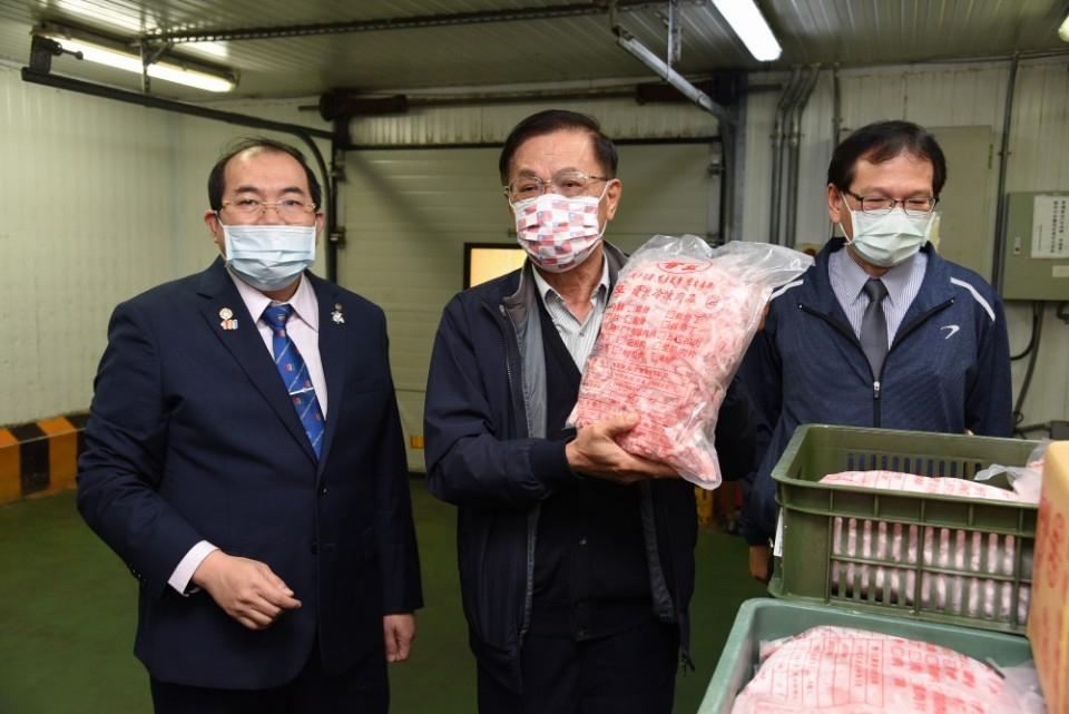 林明溱視察超市豬肉產地標示及檢驗加工業者肉品。(記者游樂華翻攝).JPG