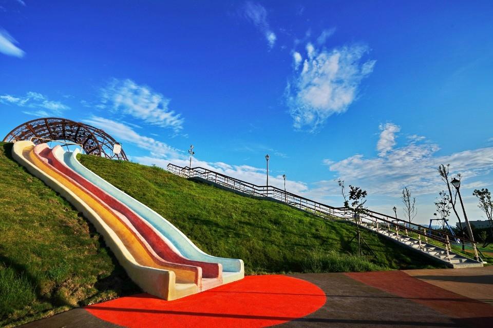 新遊憩景點「十三行文化公園兒童共融遊戲場」適合親子踏青共遊。(特約記者林有定翻攝)