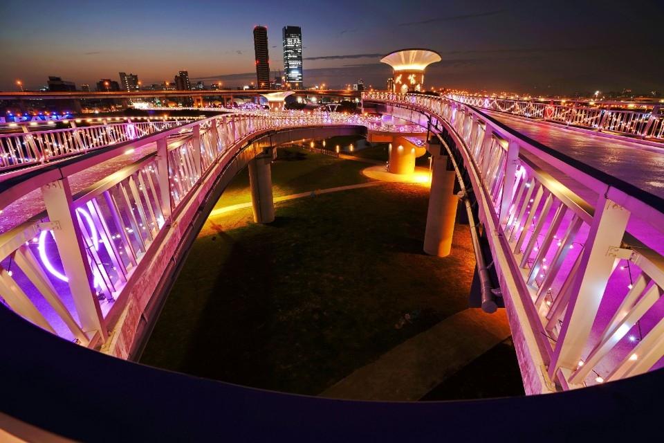 辰光橋,橋台套疊結構雙層雙曲線營造觀景平台。(特約記者林有定翻攝)