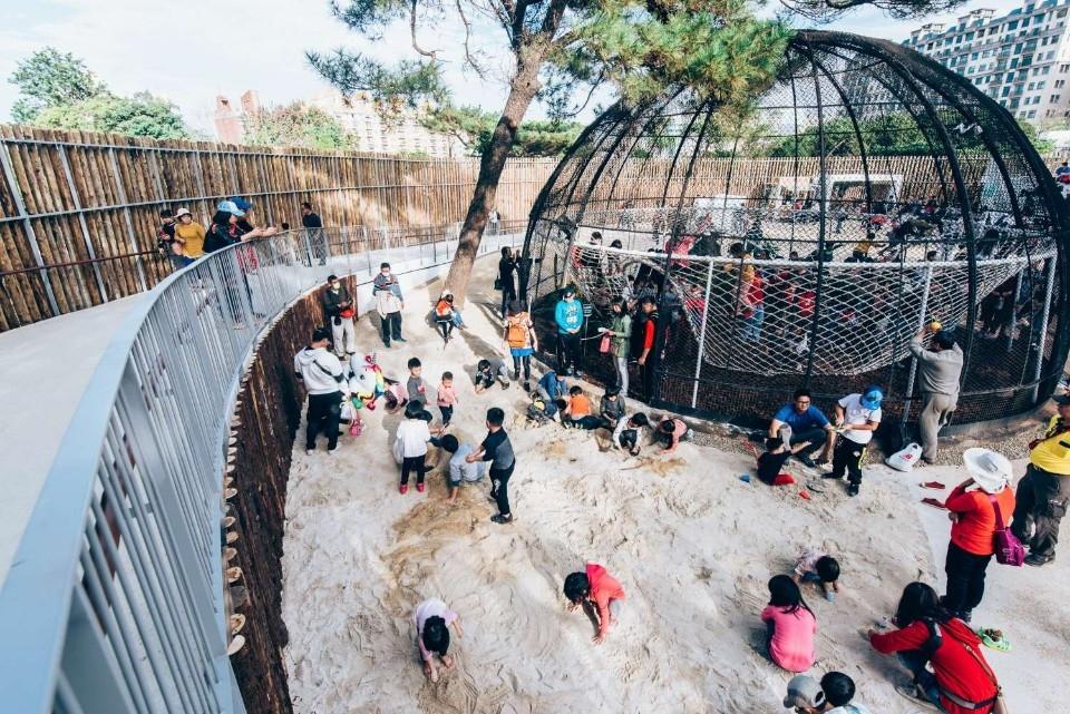 動物園第200萬人次誕生!新北李爸爸帶全家出門玩中獎。(記者張如慧翻攝).jpg