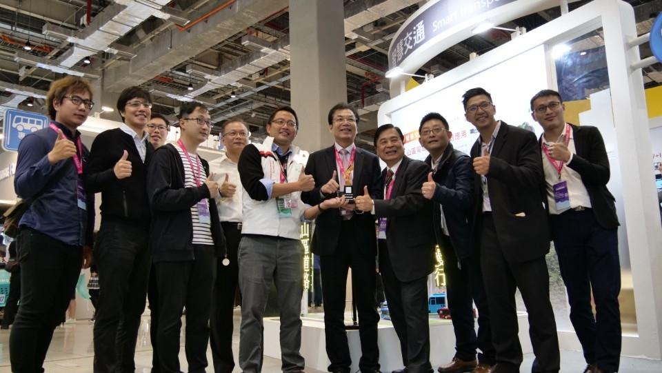 新北烏來感應號誌系統獲2021智慧城市創新應用獎。(特約記者林有定翻攝).JPG