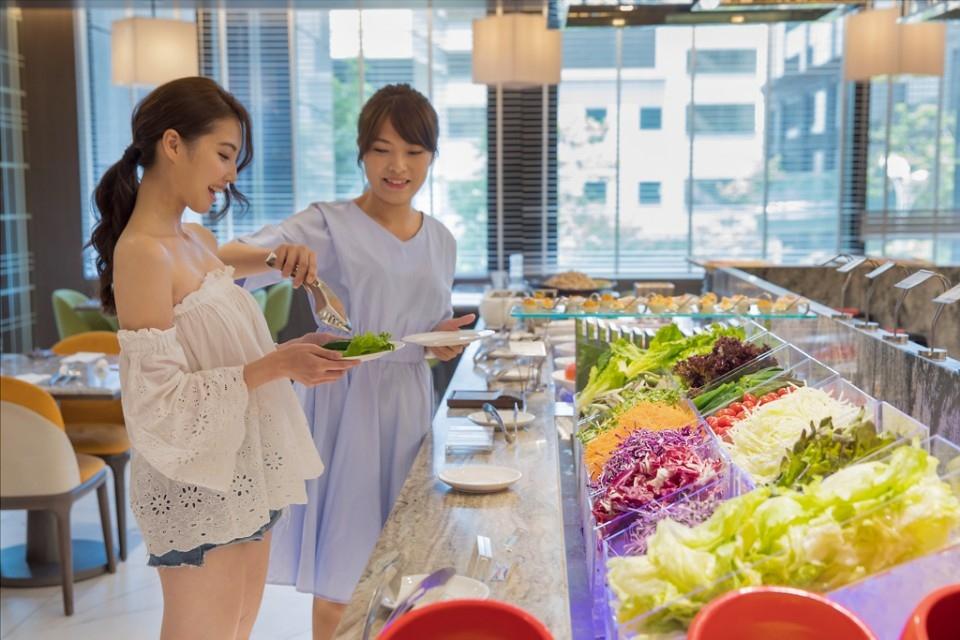 國際級板橋凱撒大飯店與新板希爾頓酒店,自5月1日起推出母親節檔期用餐優惠活動。(特約記者林有定翻攝)