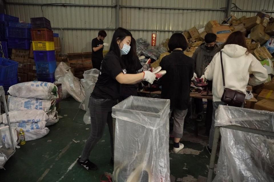 多送出一雙鞋就多保護一個非洲童 歐肯傢俱投入鞋槓志工舊鞋救命活動。(特約記者林有定翻攝).jpg