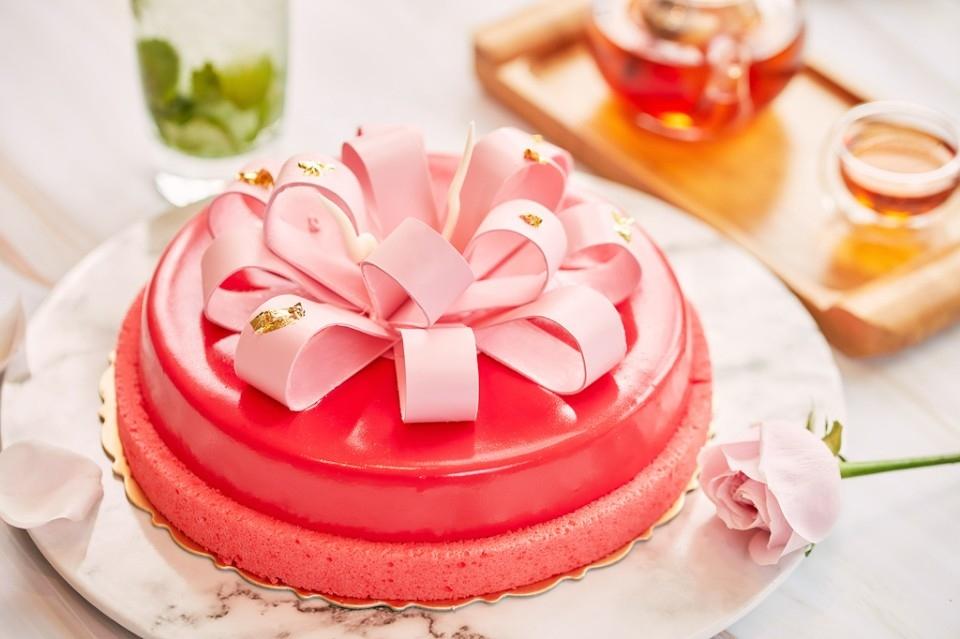 希爾頓逸廊「柚見莓好」母親節蛋糕訂購中,為葡萄柚果凍搭配多種綜合紅漿果,粉桃紅色調充滿喜氣。(特約記者林有定翻攝)