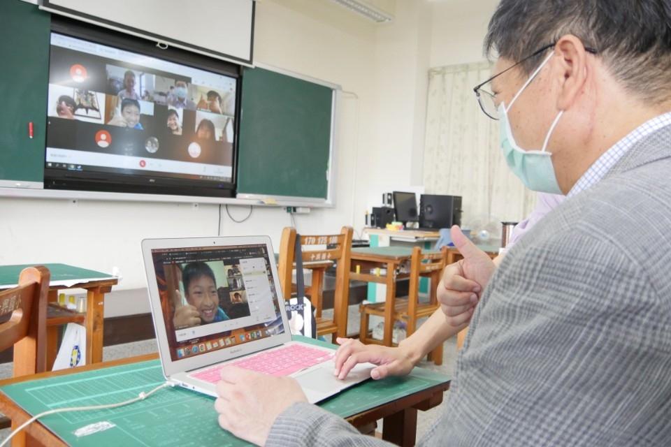 全國各級學校停止到校 楊文科親自關心學生線上學習狀況。(記者張如慧翻攝).jpg