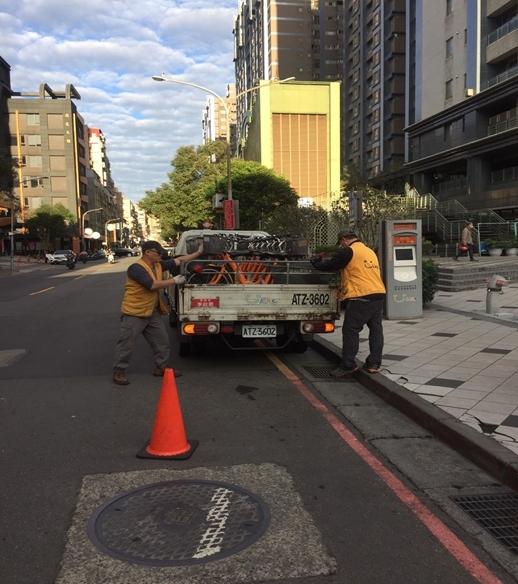 交通局:YouBike調度車輛應遵守交通規則安全作業。(特約記者林有定翻攝).png
