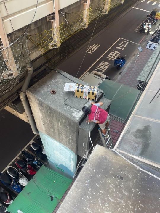 冒險遮雨棚搭鋁梯歷時4天成功救援小黑貓。(特約記者林有定翻攝).jpg