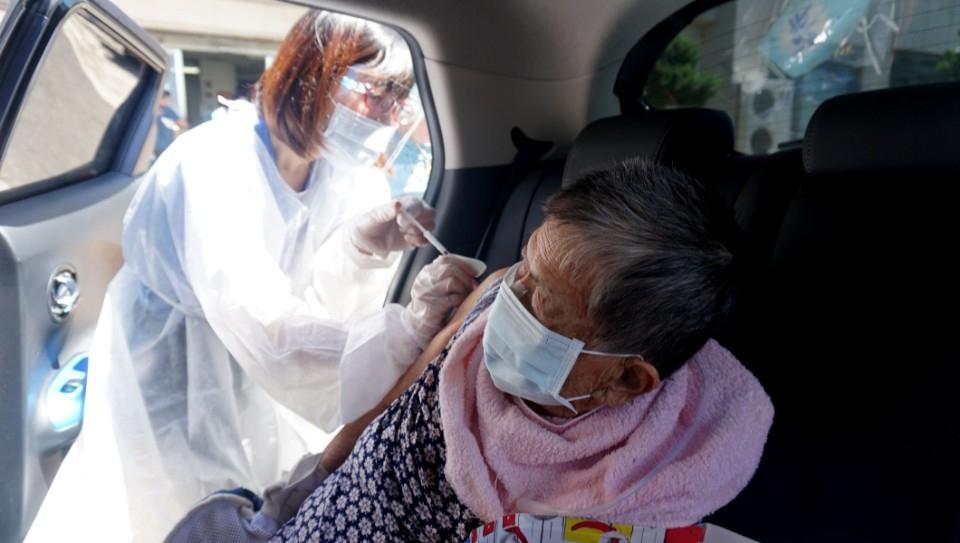 接種疫苗「得來速」 竹縣貼心服務行動不便長者免下車。(記者張如慧翻攝)