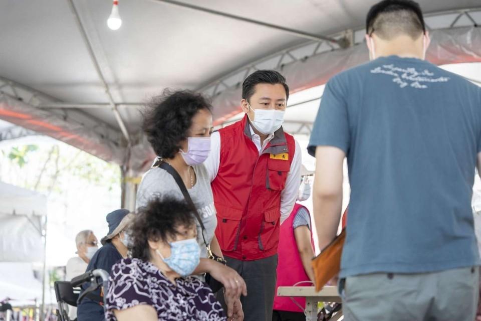 竹市1.1萬劑施打完畢!完成12215人接種 市長林智堅:明獲5900劑將通知78歲長者施打。(記者張如慧翻攝).jpg