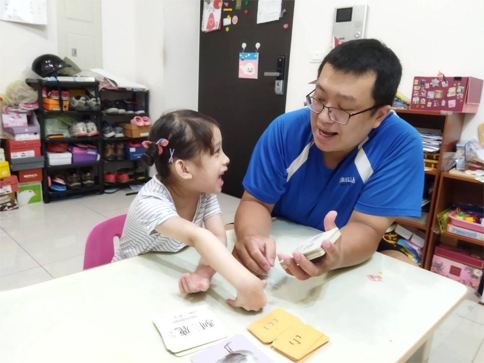 慢飛天使的父親照顧時間是一般的7倍 八里愛心教養院鼓勵超人奶爸 有3位獲獎。(特約記者林有定翻攝).jpg