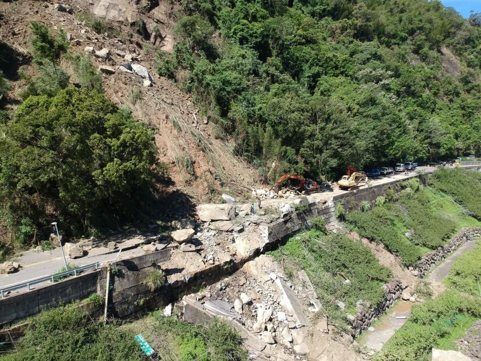 苗栗鄉道62線2K處約50公尺山壁崩塌 巨石砸落擋路斷交通。(記者張如慧翻攝).jpg