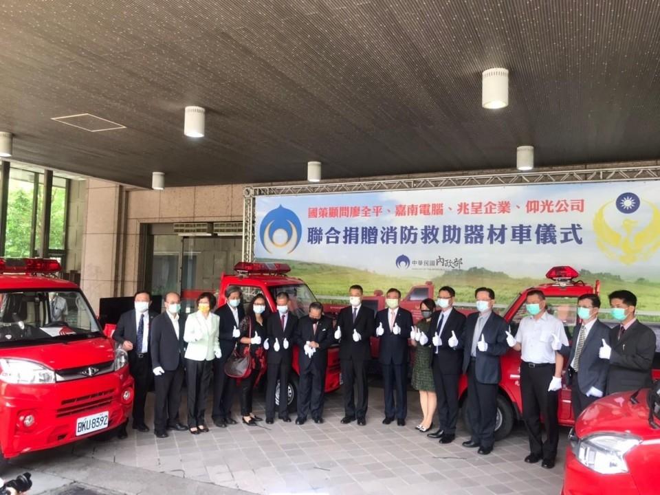 嘉南電腦有限公司贈救災車給消防局竹北分隊 兩年贈3輛是企業回饋社會典範。(記者張如慧翻攝).jpg